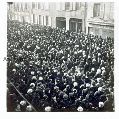 Brestois se massant devant l'entrée de l'église Saint-Joseph du Pilier rouge