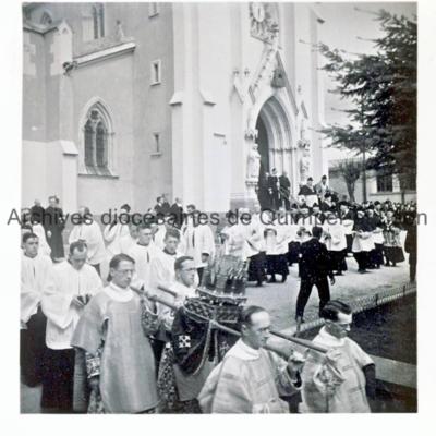 Procession avec reliquaire au départ du parvis de l'église Saint-Marc