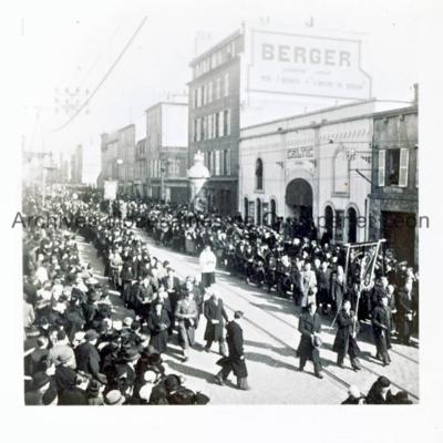 Procession devant le cinéma le Celtic