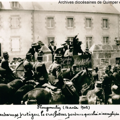 Plougonvelin. Les gendarmes protègent le crocheteur pendant qu'il ferme l'école