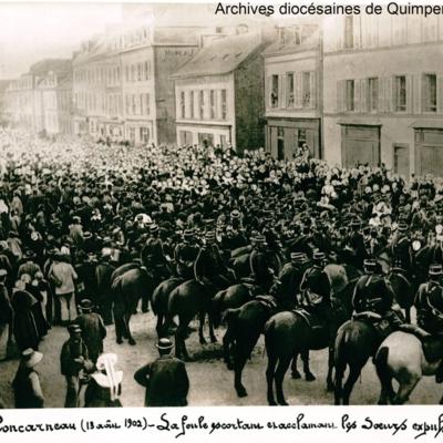 Concarneau. La foule escortant et acclamant les sœurs expulsées