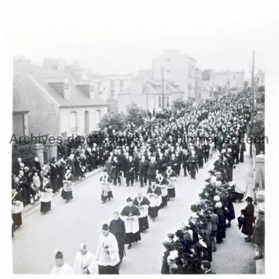 Procession dans les rues de Kerbonne