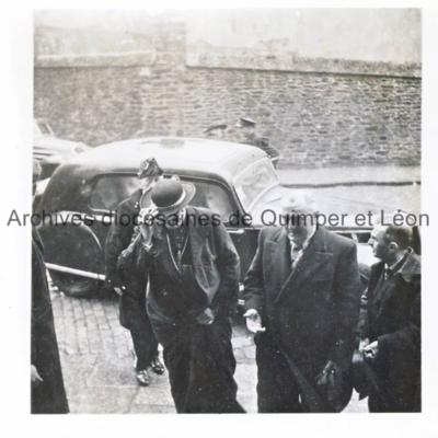 Arrivée de Mgr Gerlier, au côté de Victor Eusen