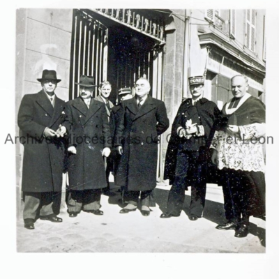 Autorités civiles devant l'entrée de l'église Saint-Joseph